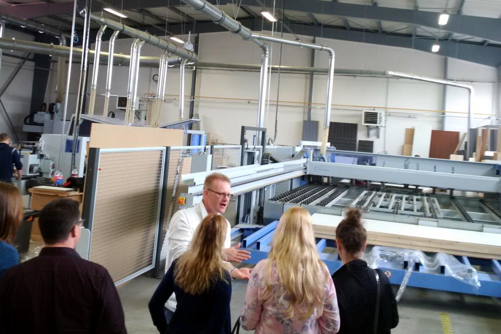 Petr Svoboda vysvětluje celý proces výroby od automatizované pily