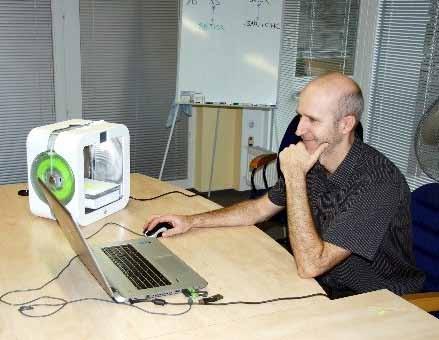 Ing. Tomáš Bílek s 3D tiskárnou